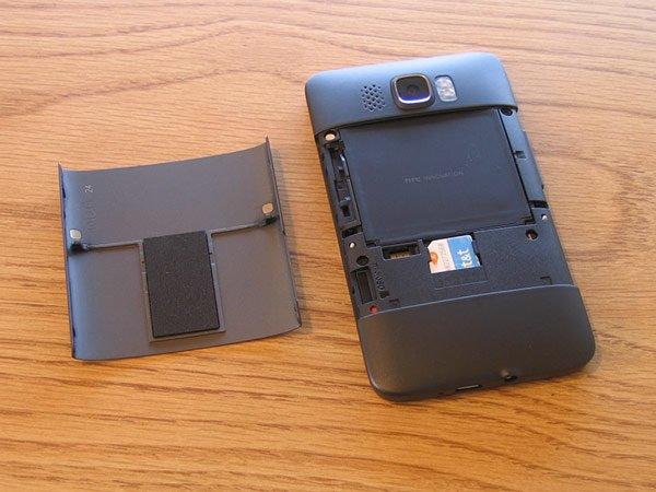 HTC HD2 со снятой крышкой аккумулятора